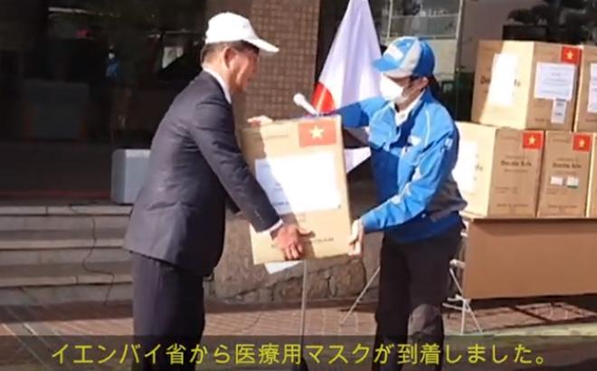 Hình ảnh nhận khẩu trang y tế của tỉnh Yên Bái trao tặng tại thành phố Mimasaka, tỉnh Okayama, Nhật Bản (hình cắt từ clip)