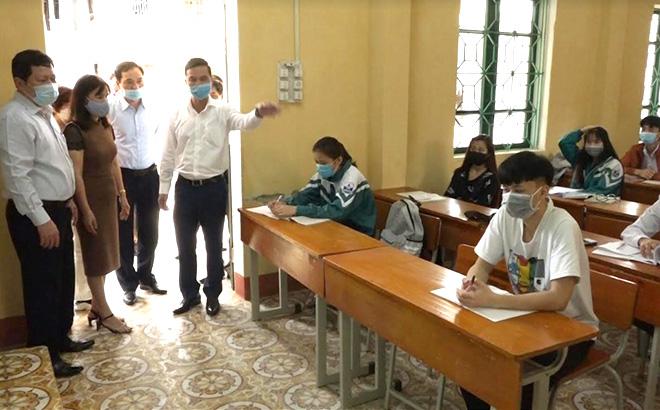 Đồng chí Dương Văn Tiến - Phó chủ tịch UBND tỉnh kiểm tra các lớp học trên địa bàn.