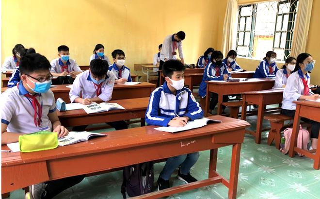 Học sinh Trường THCS Nguyễn Du, thành phố Yên Bái trong ngày đầu trở lại trường.