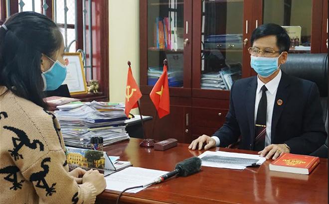 Đồng chí Phan Văn Tiến - Chánh án Tòa án nhân dân tỉnh trả lời phóng viên về việc triển khai Công văn số 45 của Hội đồng Thẩm phán TAND Tối cao.