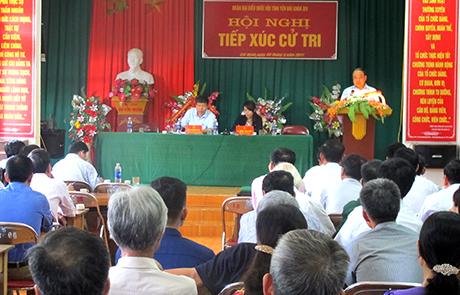 Quang cảnh buổi tiếp xúc cử tri tại xã Cát Thịnh, huyện Văn Chấn.