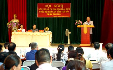 Đồng chí Giàng A Chu - Phó Chủ tịch Hội đồng Dân tộc của Quốc hội thông báo nội dung chương trình dự kiến kỳ họp thứ ba Quốc hội khóa XIV với cử tri.