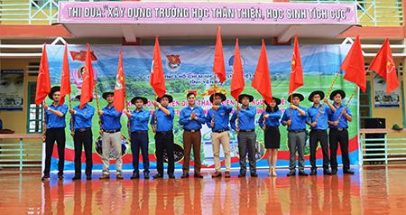 Anh Lương Mạnh Hà - Phó Bí thư Thường trực Tỉnh đoàn Yên Bái trao cờ lệnh cho các thủ lĩnh đoàn.