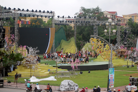 Các nghệ sĩ, diễn viên tập luyện chuẩn bị cho Lễ khai mạc Năm du lịch Yên Bái 2017 diễn ra tối 19/5.