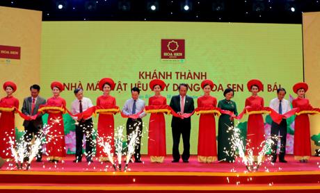 Các đồng chí lãnh đạo tỉnh Yên Bái và Tập đoàn Hoa Sen cắt băng khánh thành Nhà máy Vật liệu xây dựng Hoa Sen Yên Bái.