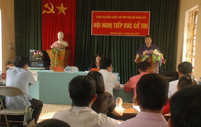 Phó Trưởng đoàn ĐBQH tỉnh Đinh Đăng Luận trả lời các ý kiến, kiến nghị của cử tri xã Sùng Đô, huyện Văn Chấn.