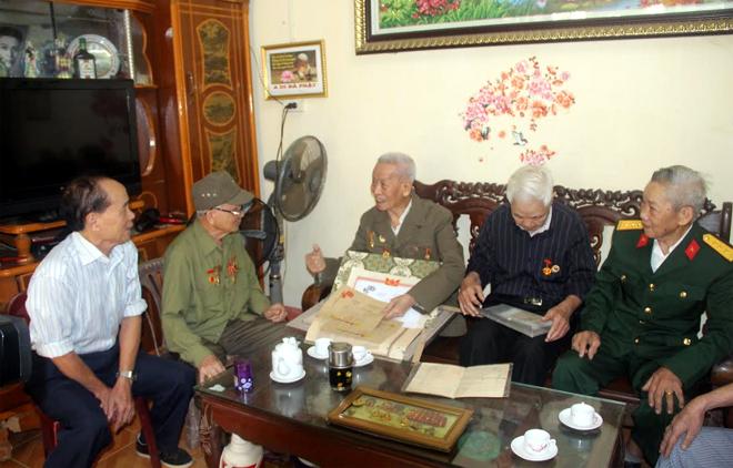 Các cựu chiến binh CLB Chiến sỹ Điện Biên thành phố Yên Bái ôn lại những ký ức hào hùng.