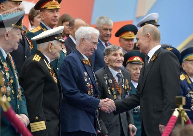 Tổng thống Putin bắt tay với các cựu chiến binh Nga đã tham gia cuộc chiến tranh Vệ quốc vĩ đại.