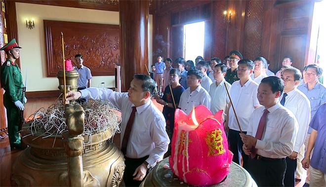 Đoàn đại biểu tỉnh Yên Bái dâng hương lên Bác.