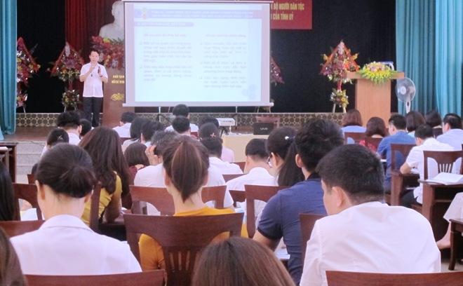 Đồng chí Đỗ Đức Duy - Chủ tịch UBND tỉnh Yên Bái trực tiếp giảng dạy cho cán bộ tham gia Đề án 11 của Tỉnh ủy.