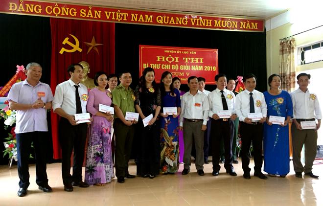 Trao giải cho các thí sinh đạt giải khuyến khích tại Cụm thi thi số V - Hội thi Bí thư Chi bộ giỏi huyện Lục Yên năm 2019.