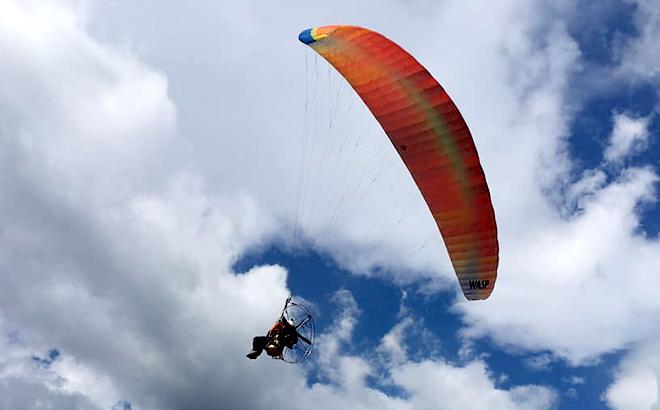 Các phi công biểu diễn dù lượn tại Festival dù lượn