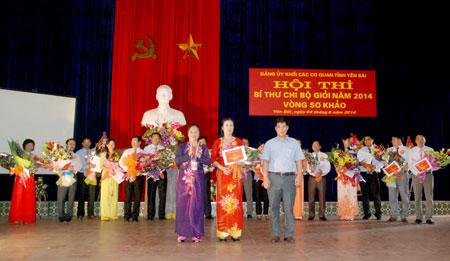 Ban tổ chức trao giải cho các thí sinh tham dự Hội thi
