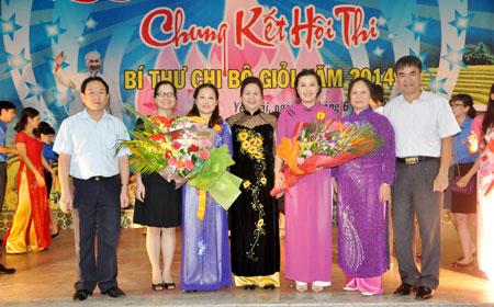 Đồng chí Ngô Thị Chinh - Phó chủ tịch UBND tỉnh trao giải nhất cho thí sinh Vũ Thị Hiền Hạnh.
