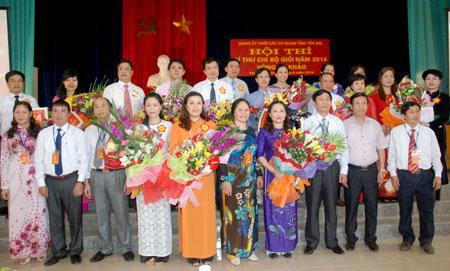 Ban tổ chức tặng hoa và giải thưởng cho các thí sinh xuất sắc của Hội thi