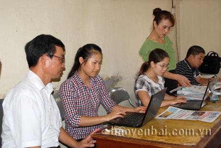 Lãnh đạo Đài Truyền thanh-Truyền hình huyện Yên Bình trao đổi với phóng viên viết tin, bài, chụp ảnh cho chuyên trang của Báo Yên Bái.