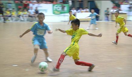 Đội bóng đá nhi đồng Yên Bái (áo vàng) trong trận thắng đội Kids LHP Nam Định với tỷ số 13 - 1.