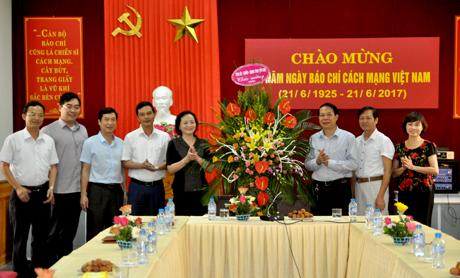 Đồng chí Bí thư Tỉnh ủy Phạm Thị Thanh Trà phát biểu chúc mừng đội ngũ cán bộ, phóng viên, biên tập viên, kỹ thuật viên Báo Yên Bái.