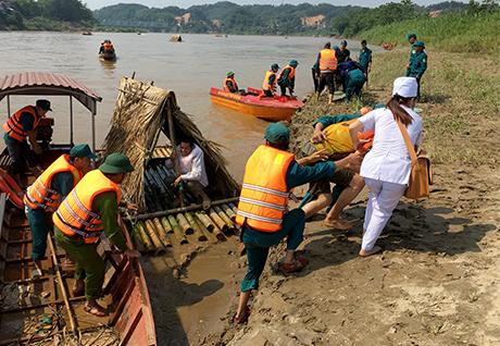 Lực lượng diễn tập cứu hộ, tìm kiếm người và tài sản bị lũ cuốn trôi.