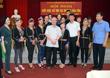 Đồng chí Trần Quốc Vượng - Ủy viên Bộ Chính trị, Thường trực Ban Bí thư , đại biểu Quốc hội tỉnh Yên Bái cùng lãnh đạo tỉnh trao đổi với cử tri huyện Văn Yên.