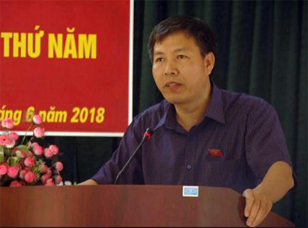 Đồng chí Đinh Đăng Luận - Phó trưởng đoàn Đại biểu Quốc hội tỉnh tiếp thu và trả lời các ý kiến, kiến nghị của cử tri huyện Trạm Tấu.
