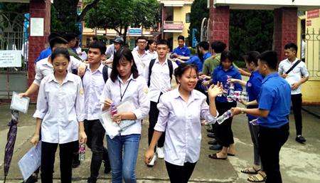 Đội tình nguyện viên phát nước uống miễn phí cho các thí sinh.