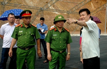 Phó Chủ tịch UBND tỉnh Nguyễn Chiến Thắng cùng lãnh đạo các sở, ngành kiểm tra công tác chuẩn bị cho Lễ khánh thành và thông xe cầu Bách Lẫm.