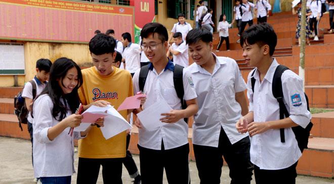 Các thí sinh trao đổi bài sau buổi thi môn Ngữ Văn