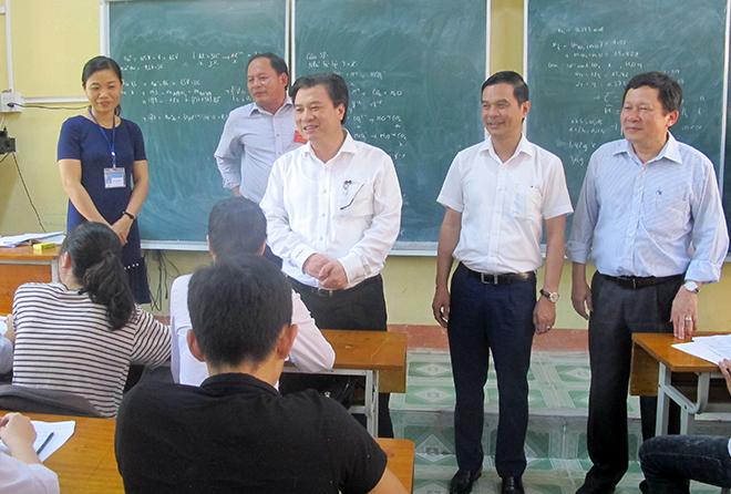 Thứ trưởng Bộ Giáo dục và Đào tạo Nguyễn Hữu Độ trao đổi với học sinh Trường THPT Chu Văn An, huyện Văn Yên.