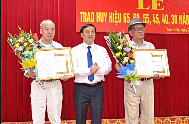 Đồng chí Hoàng Xuân Đán - Phó bí thư Thành ủy, Chủ tịch UBND thành phố  trao Huy hiệu 60 năm tuổi Đảng cho các đảng viên lão thành.