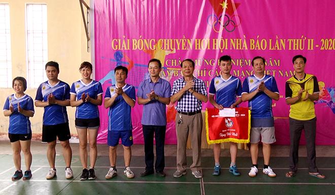 Đồng chí Hà Ngọc Văn - Giám đốc Sở Thông tin và Truyền thông trao giải Nhất cho đội bóng chuyền hơi Chi hội Nhà báo Báo Yên Bái