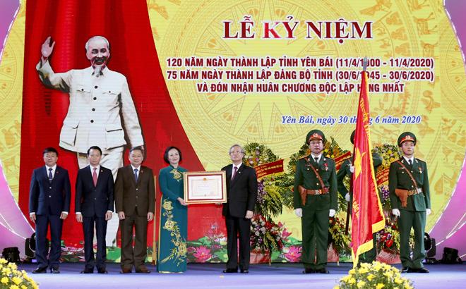 Thay mặt lãnh đạo Đảng, Nhà nước, đồng chí Trần Quốc Vượng - Ủy viên Bộ Chính trị, Thường trực Ban Bí thư trao Huân chương Độc lập hạng Nhất cho Đảng bộ, chính quyền và nhân dân tỉnh Yên Bái.