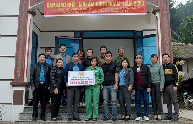 Đồng chí Nguyễn Chương Phát - Chủ tịch LĐLĐ tỉnh Yên Bái trao hỗ trợ làm nhà