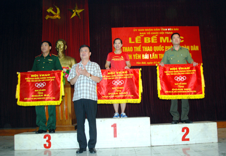 Đồng chí Nguyễn Chiến Thắng - Phó chủ tịch UBND tỉnh, Trưởng ban chỉ đạo Hội thao tỉnh trao cờ cho đoàn VĐV khối các sở, ban, ngành, đoàn thể đạt thành tích cao.