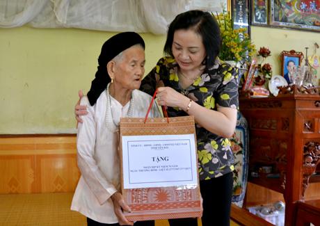 Đồng chí Bí thư Tỉnh ủy Phạm Thị Thanh Trà tặng quà Mẹ Việt Nam anh hùng Nguyễn Thị Lô.