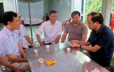 Đồng chí Tạ Văn Long - Phó Chủ tịch Thường trực UBND tỉnh (áo sẫm màu bên phải) trao hỗ trợ người bị nạn cho đại diện thôn Ngòi Sen để giúp gia đình làm thủ tục mai táng.