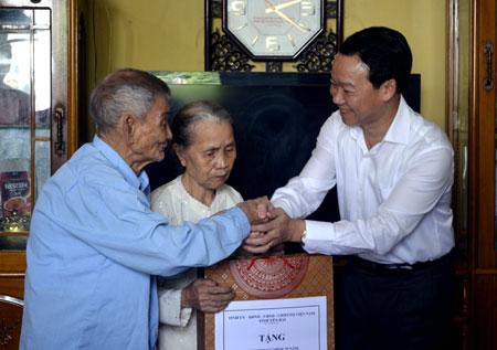 Đồng chí Đỗ Đức Duy - Chủ tịch UBND tỉnh tặng quà ông Đặng Văn Mão, bố liệt sỹ ở tổ 51A, phường Đồng Tâm, thành phố Yên Bái.