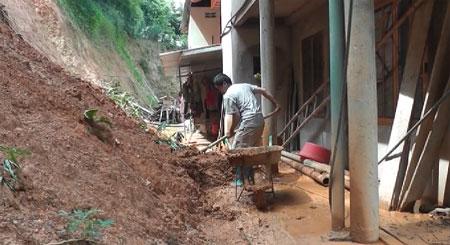 Tranh thủ trời tạnh mưa, người dân các xã Tân Lĩnh, Minh Chuẩn dọn dẹp nhà cửa.