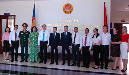 Đoàn đại biểu cấp cao tỉnh Yên Bái chụp ảnh với cán bộ và nhân viên Đại sứ quán Việt Nam tại CHDCND Lào.