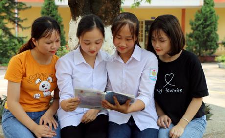 Em Vân (thứ 2 từ phải sang) luôn dành thời gian trao đổi bài với bạn bè để nắm chắc hơn kiến thức, áp dụng vào bài thi.