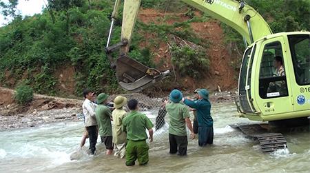 Công ty Thủy điện Văn Chấn cũng đang huy động máy xúc để sửa chữa đường giao thông vào đập nhà máy.