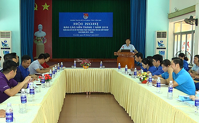 Đồng chí Phạm Ngọc Tuấn - Phó Trưởng Ban Tuyên giáo Tỉnh ủy thông tin về tình hình của đất nước và của tỉnh cho đội ngũ báo cáo viên.