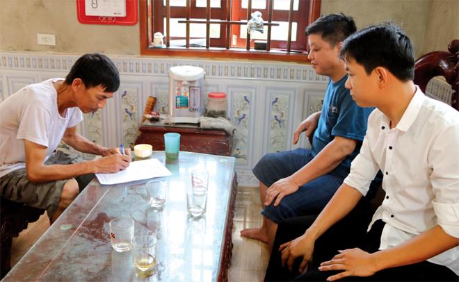 Tổ công tác của huyện, xã Cảm Nhân và thôn Làng Rẫy trực tiếp xuống các hộ gia đình để lấy ý kiến về việc sáp nhập xã Tích Cốc với xã Cảm Nhân thành xã Cảm Nhân.