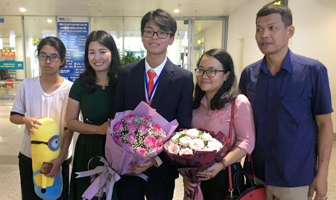 Gia đình và cô giáo chủ nhiệm chia sẻ niềm vui với em Nguyễn Đình Hoàng.
