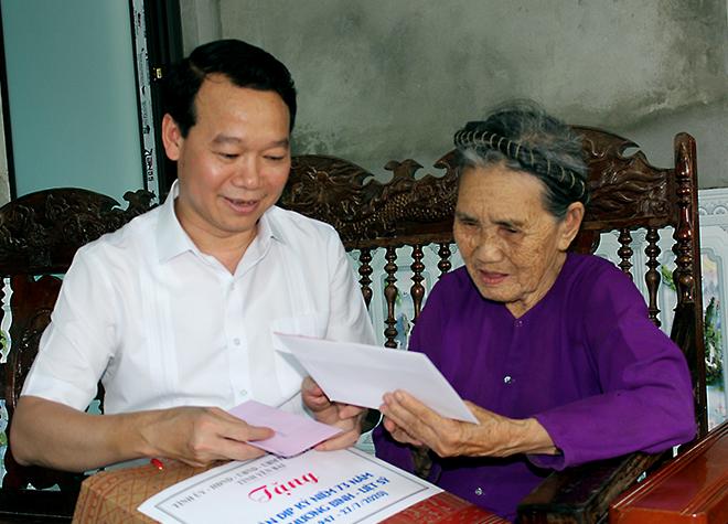Đồng chí Đỗ Đức Duy - Chủ tịch UBND tỉnh tặng quà mẹ Việt Nam anh hùng Hoàng Thị Hiền ở thôn 7A, xã Việt Cường, huyện Trấn Yên.