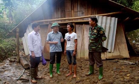 Đồng chí Đỗ Đức Duy - Chủ tịch UBND tỉnh động viên gia đình anh Mùa A Câu, bản Tà Ghênh, xã Lao Chải.