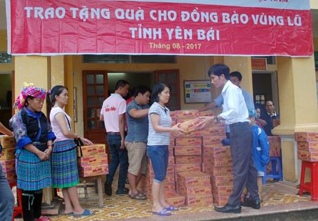 Bà con thị trấn Mù Cang Chải nhận hàng ủng hộ của Công ty cổ phần Acecook Việt Nam.