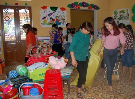 Các cô giáo Trường Mầm non Hoa Lan tích cực dọn dẹp các lớp học để kịp đón học sinh theo đúng kế hoạch.