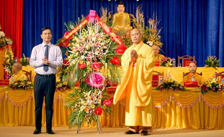 Đồng chí Dương Văn Tiến - Phó Chủ tịch UBND tỉnh tặng hoa chúc mừng Đại hội.