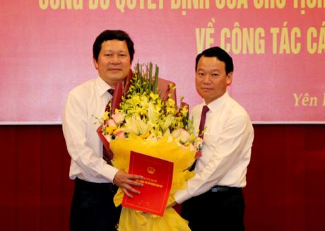 Chủ tịch UBND tỉnh Đỗ Đức Duy trao Quyết định và tặng hoa chúc mừng đồng chí Vương Văn Bằng - tân Giám đốc Sở Giáo dục-Đào tạo.